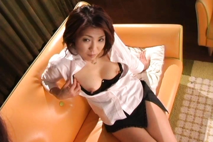 Kyoko Japanese mature babe shows her big tits