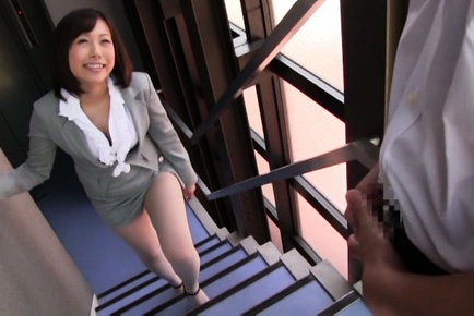 Kanari Tsubaki hot Asian milf exposes amazing ass
